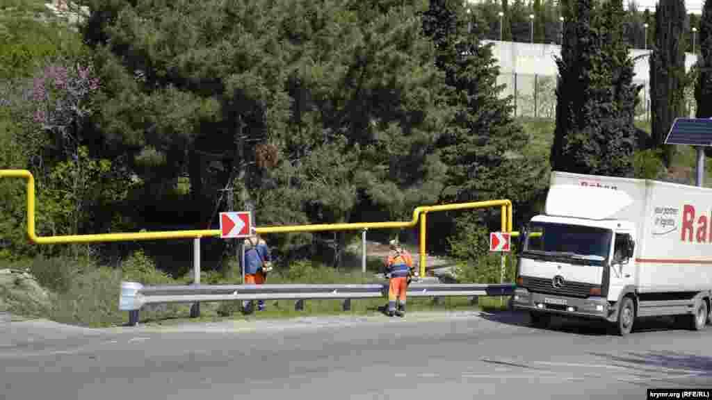 Працівники «Кримавтодору» косять траву вздовж траси Ялта-Севастополь