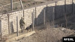 Узбекский солдат, охраняющий границу Узбекистана с Кыргызстаном.