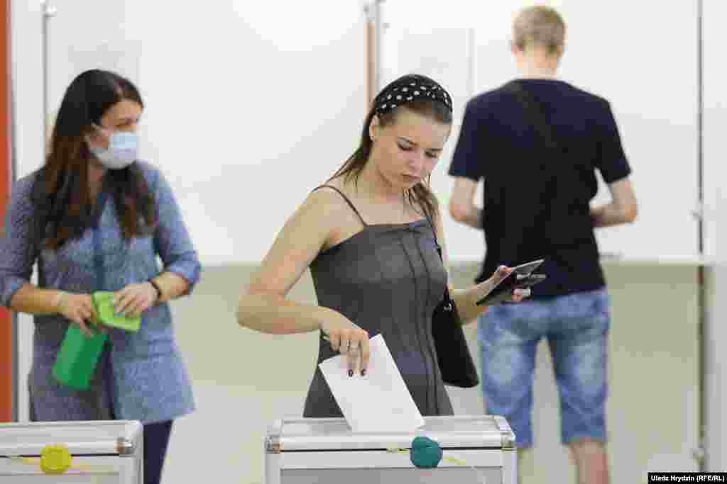 Voters cast ballots at School No. 41 in Minsk.