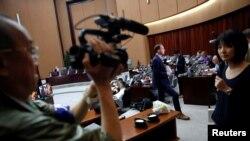 Журналистони хориҷӣ дар маркази матбуотии як меҳмонхонаи Пхенян