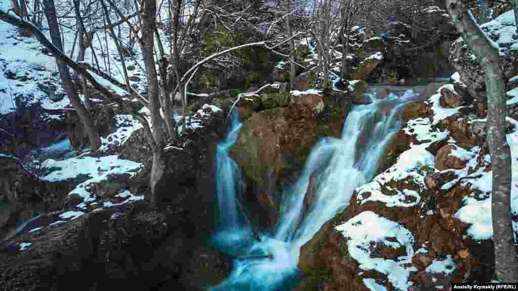 У розпал зими в урочищі панує тиша і спокій. Лише чути, як дзюрчить невгамовна Кизилкобинка