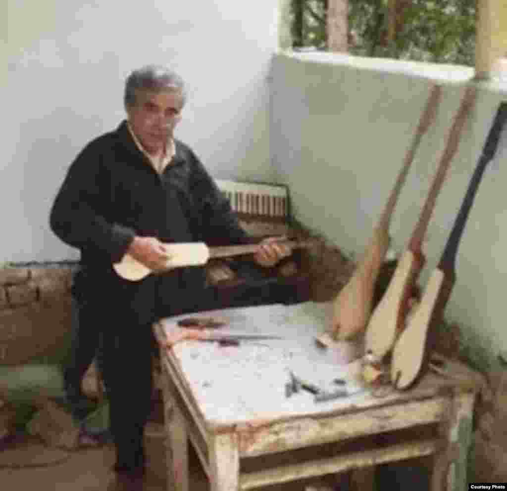 Преподаватель Джалал-Абадского техникума культуры Жумагул Карагулов в свободное время чинит и настраивает музыкальные инструменты. Он также умеет играть на многих из них, изготавливает комузы. Фото сделано у него дома в 2012 году. Автор: Ырысбай Абдраимов.