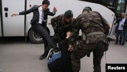 Режеп Тайып Ердоғанның көмекшісі шерушіні теуіп тұр. Сома, Түркия, 14 мамыр 2014 жыл.
