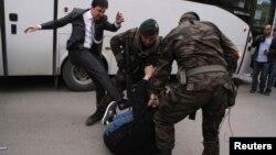 Լուսանկարը, որում պատկերված է Թուրքիայի վարչապետի խորհրդականի՝ ցուցարարին ոտքով հարվածելը