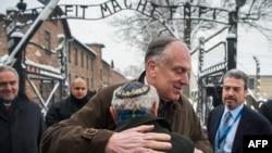 Рональд Лаудер обнимает пережившего Холокост Мордехая Ронена перед воротами концлагеря Освенцим, Польша, 26 января 2015