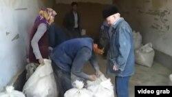 Түркіменстандағы халыққа азық-түлік тарату шарасы. (Азаттыққа наразы тұрғындар тапсырған видеодан скриншот).