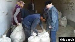 Жители Лебапской области Туркменистана получают продукты по распределению.