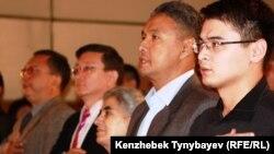 """Азат Перуашев (второй справа), председатель партии """"Ак жол"""", на конференции НПО """"Улы дала"""". Алматы, 15 октября 2011 года."""