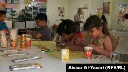 أطفال يرسمون في معرض للكتاب في النجف