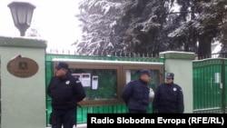 Policija ispred Ambasade Libije u Beogradu na čijoj su oglasnoj tabli razbijena stakla tokom protesta Libijaca koji žive u Srbiji, 22. februar 2011, foto: Ognjen Zorić
