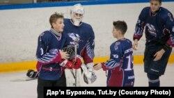 Мікалай Лукашэнка (зьлева) падчас хакейнага матчу