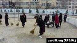Учителя на уборке территории перед визитом президента Узбекистана Шавката Мирзияева в Андижанскую область. 6 апреля 2018 года.