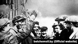 Першая нафта са сьвідравіны №6 «Рэчыцанафты» пад Рэчыцай. Брыгада буравога майстра Галка, 1964
