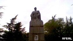 ვასილ კიკვიძის ძეგლი ქუთაისში