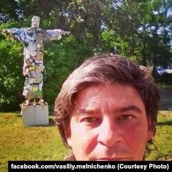 """Василий Мельниченко на фоне """"мусорного Иисуса"""""""