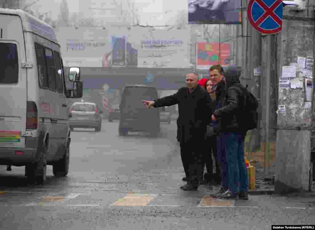 Это жители столицы, которые пытаются остановить маршрутку по улице Абдрахманова (Советская) на пересечении с улицей Боконбаева. Маршрутные такси не останавливаются.