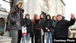 Түркиядағы Мәрмәр университетінің студенттері ұстаз дәрісін тыңдап тұр. (Көрнекі сурет)
