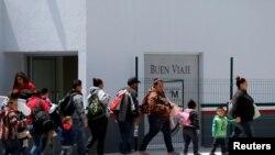 АКШ менен Мексиканын чек арасындагы көзөмөл бекетинен башпаанек сураш үчүн өтүп жаткан мигранттар. 19-июнь, 2018-жыл.