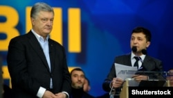 Fostul președinte al Ucrainei, Petro Poroshenko (stânga) și actualul președinte, Volodimir Zelenski