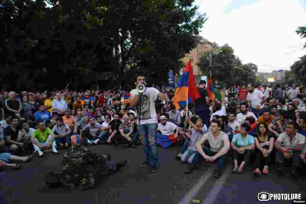 Учасники маршу вирішили розпочати сидячий страйк прямо на проспекті Баграмяна, Єреван, 22 червня 2015 року