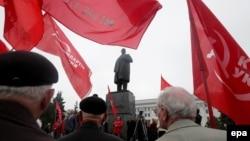 """Луганские коммунисты отметили """"первомай"""" красными знаменами"""