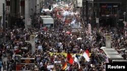 Участники берлинской демонстрации против мер, введенных в связи с пандемией коронавируса