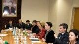 Türkmen resmileri prezidentiň ýanyndaky Demokratiýa we adam hukuklary boýunça institutynda