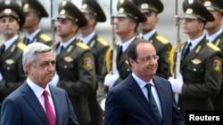 Президент Армении Серж Саргсян (слева) и его французский коллега Франсуа Олланд во время церемонии встречи президента Франции в ереванском аэропорту «Звартноц», Ереван, 12 мая 2014 г.
