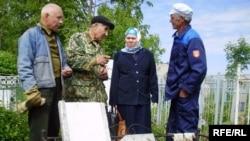 Бәйрәмова Алабуга ТИҮе әгъзаләре белән Зиннур Шамовның җимерелгән кабере янында