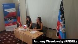 Нела Ліскова (л) під час презентації «представницького центру ДНР», Острава, 1 вересня 2016 року