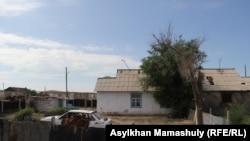 Дом в селе Гульшат, где жил Жаксылык Махмутов — мужчина, который, по версии КНБ, «совершил самоподрыв» во время «антитеррористической операции». Карагандинская область, 4 июля 2016 года.