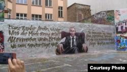 Граффити Путина в берлинском дворе (6 октября)