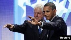 АҚШ-тың бұрынғы президенті Билл Клинтон (сол жақта) мен қазіргі президенті Барак Обама. Нью-Йорк, 23 қыркүйек 2010 жыл