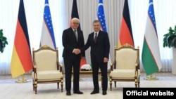 German President Frank-Walter Steinmeier (left) and Uzbek President Shavkat Mirziyoev meet in Tashkent on May 28.