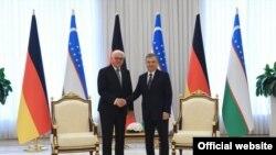 شوکت میرضیایف رئیس جمهور ازبکستان حین مصافحه با فرانک والتر شتاین مایر رئیس جمهور جرمنی