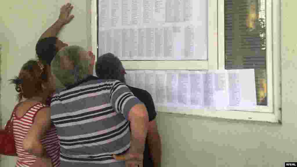Местные жители ищут имена своих родственников в списках погибших в госпитале в Гори, 12 августа 2008 года