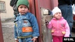Алматы қаласының Алатау ауданында тұратын балалар үйлерінің алдында ойнап жүр. 28 наурыз 2009 жыл. (Көрнекі сурет)