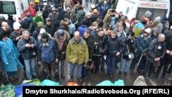 Люди стоят рядом с погибшими на Крещатике. Киев, 20 февраля 2014 года.