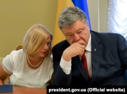 Петро Порошенко та Ірина Геращенко під час зустрічі з родичами українських політв'язнів і заручників, ув'язнених в Росією, Київ, 8 червня 2018 року
