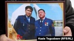Слева на фотографии Адлет Турсынбеков, скончавшийся после избиения полицейский. Справа - его отец Алшынбай Ыбырай. Алматы, 30 января 2013 года.