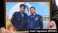 Слева на фотографии Адлет Турсынбеков - полицейский, скончавшийся от ран, полученных им в декабре 2010 года. Справа - его отец Алшынбай Ыбырай. Алматы, 30 января 2013 года.
