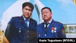 Слева на фотографии Адлет Турсынбеков, полицейский, скончавшийся от ран, полученных им в декабре 2010 года. Справа - его отец Алшынбай Ыбырай. Алматы, 30 января 2013 года.