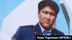 Адлет Турсынбеков, полицейский, скончавшийся от ран, полученных им в декабре 2010 года.