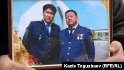 На фото слева полицейский Адлет Турсынбеков, который скончался от побоев, нанесенных ему в декабре 2010 года.