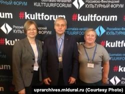 Александр Капустин (в центре), руководитель Управления архивами Свердловской области