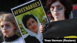 عکس نرگس محمدی در دست معترضان