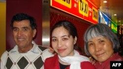 رکسانا صابری روزجمعه ۲۵ اردیبهشت به همراه پدر و مادرش در فرودگاه وین