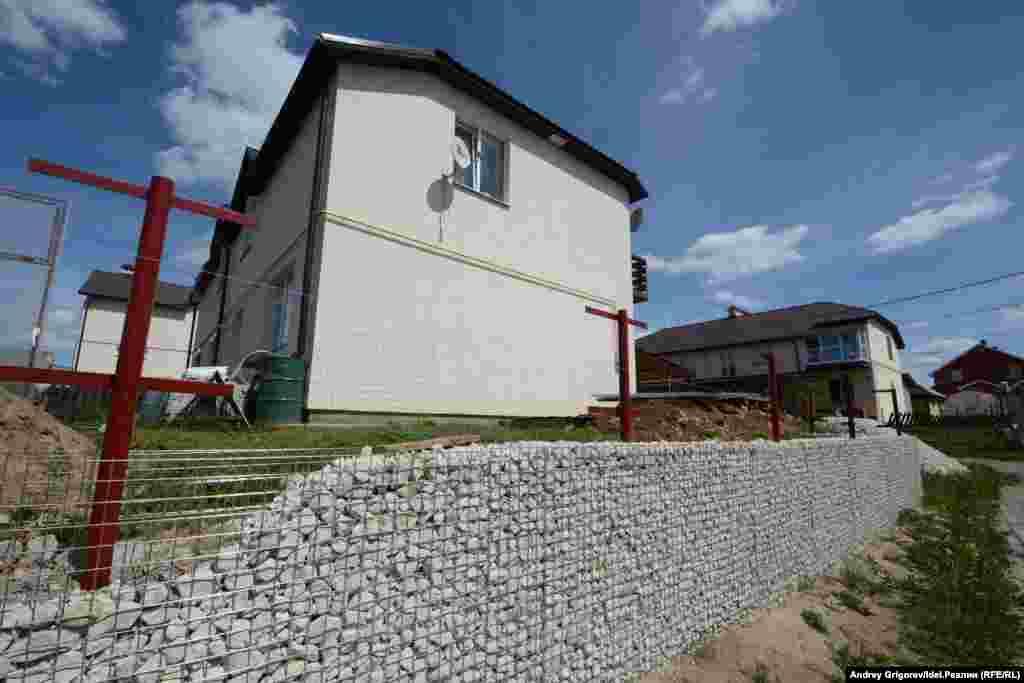 Дома здесь, кстати, построены по югославскую проекту (видимо, это дополнительно придает посёлку такой европейский вид) — но с учётом суровых российских зим.