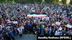 Жемқорлыққа қарсы акцияға қатысушылар. Баку, 28 қазан 2017 жыл.