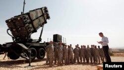 Генеральний секретар НАТО Єнс Столтенберг на турецькій військовій базі поруч з американським зенітним ракетним комплексом MIM-104 Patriot, який також використовується для перехоплення балістичних ракет